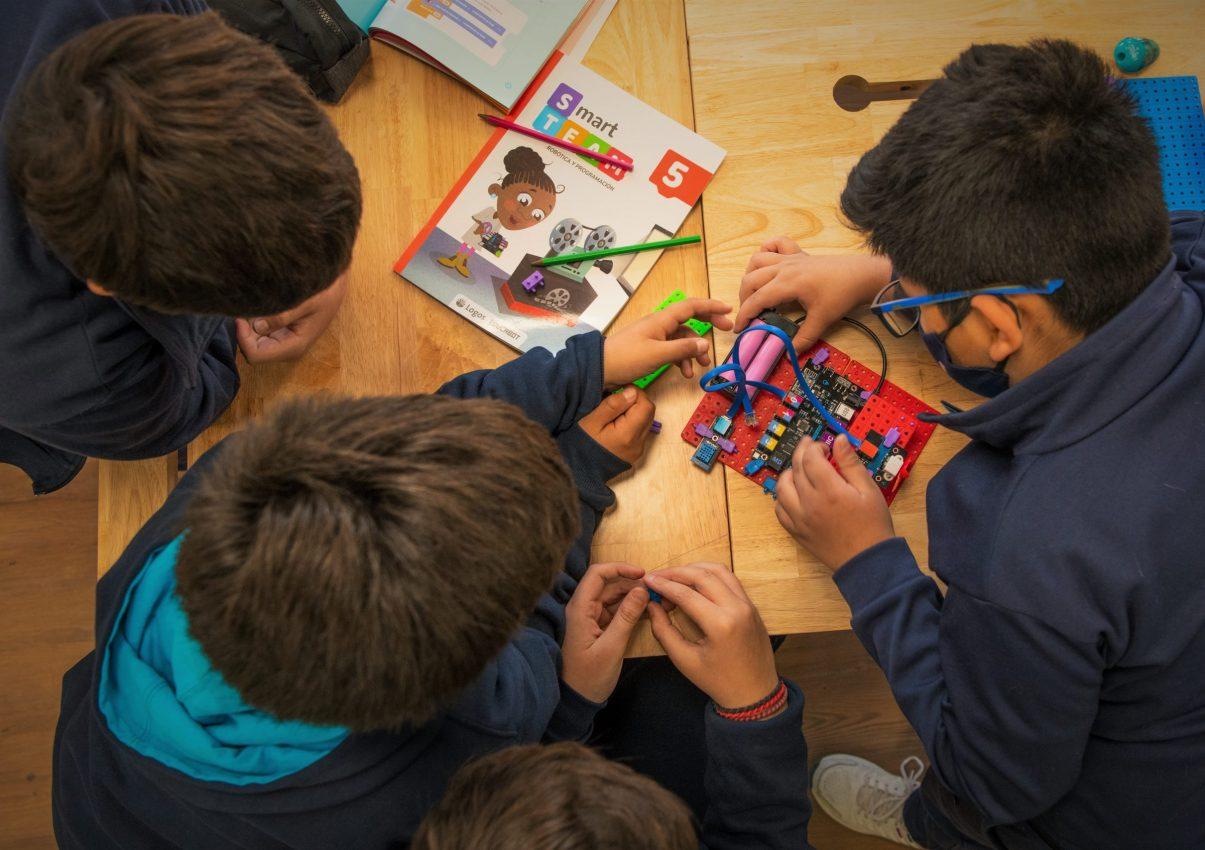 chicos trabajando kit pensamiento computacional